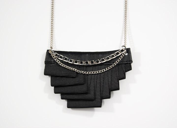 Collier rock noir plissé Couture tissu cuir Frankie