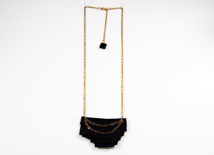 Collier rock noir plissé Couture tissu cuir
