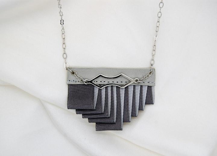 Collier design Lina, plissé, cuir gris taupe, bijou créateur