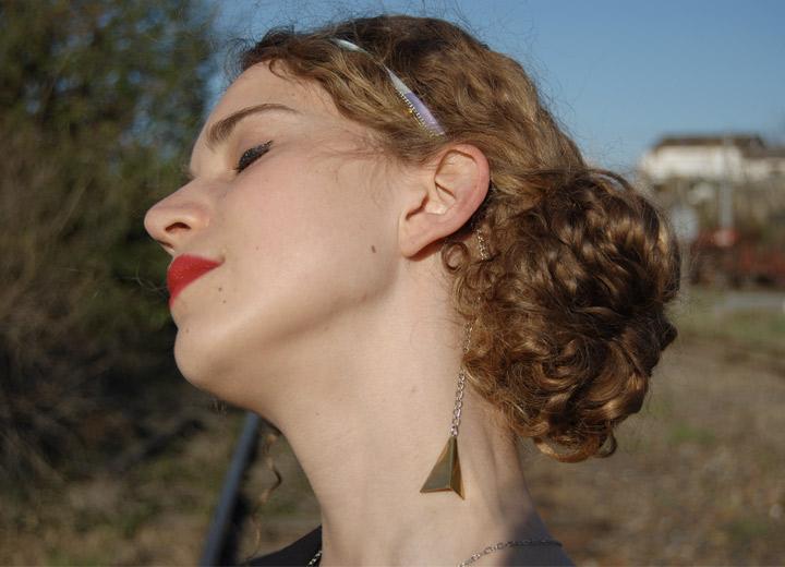 Headband bleue nuit Lena, pendentif triangle bronze modulable