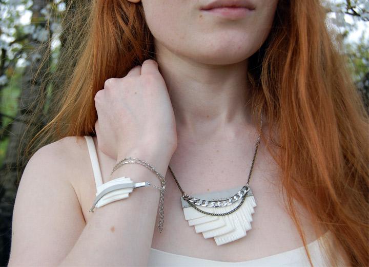 Collier plissé haute couture Ilhem gris et ivoire
