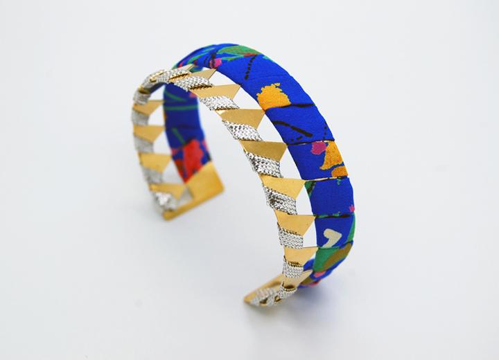Bracelet manchette Albane or et soie fleurie bijou créateur ByrdCeeDesign