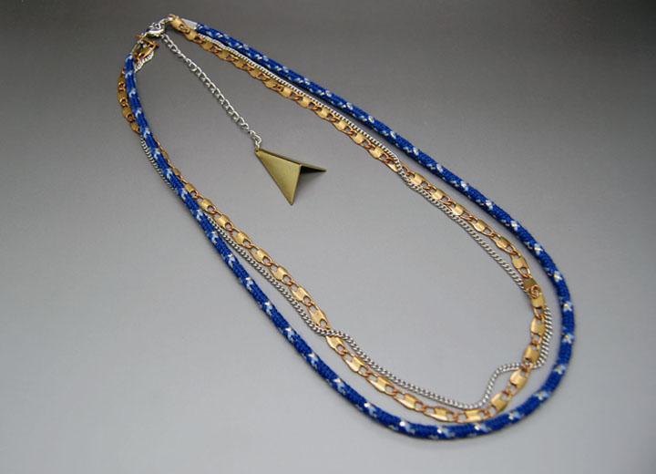 Headband bleue nuit Tina, pendentif triangle bronze modulable