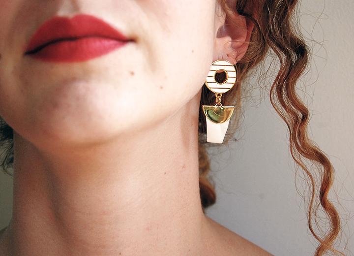 Boucles d'oreilles Elios blanc ivoire, or, L'Orangerie Bijoux. Boucles d'oreilles de créateur, laiton doré à l'or fin 24 carats émail blanc ivoire, soie. Taille: 4cm de long / 2cm. Ces boucles d'oreilles sont très légères à porter.  Bijou fait main, en France dans l'atelier lyonnais de la créatrice.  Votre bijou est livré dans une boite ou une pochette en tissu suivant les modèles, et vous est envoyé avec numéro de suivi.