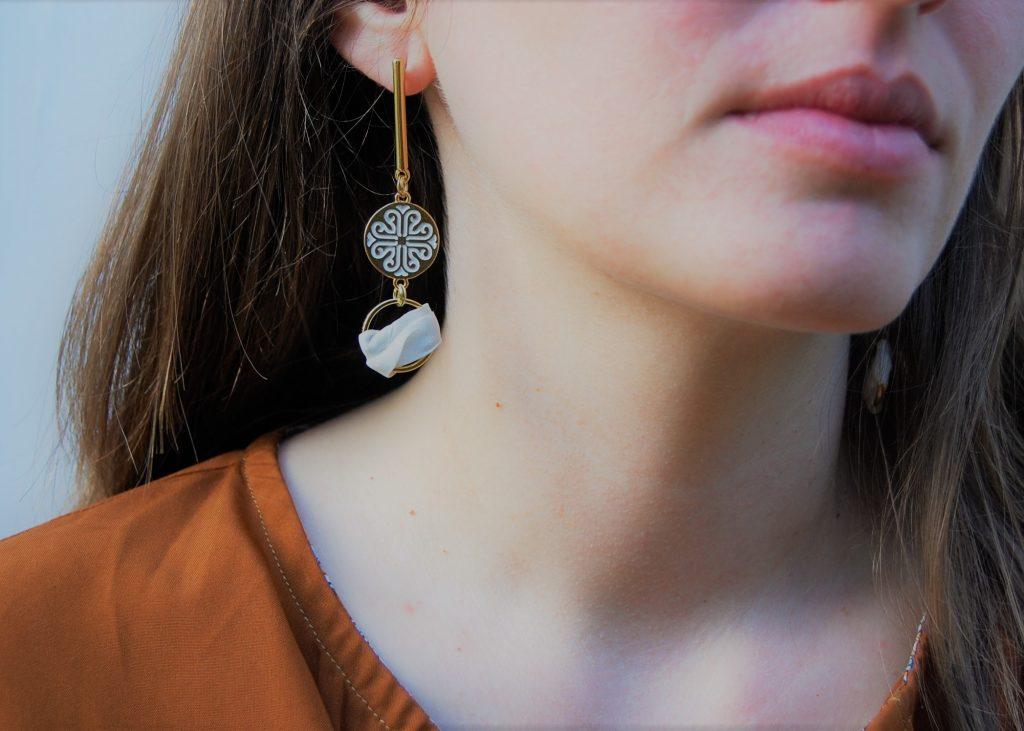 Boucles d'oreilles Camil soie blanche émaillées blanc et or L'Orangerie Bijoux