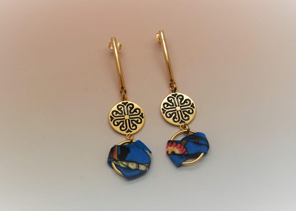 Boucles d'oreilles Nour soie bleue fleurie émaillées noir et or L'Orangerie